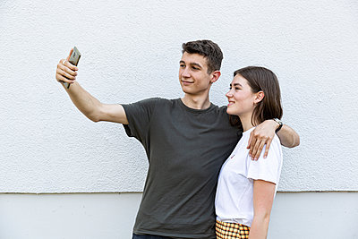 Young couple taking selfie - p294m2132929 by Paolo