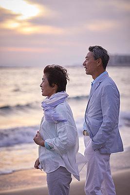 Japanese senior couple having fun by the sea - p307m2019905 by Yosuke Tanaka
