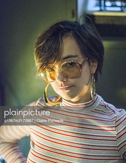 Junge Frau mit Brille, Portrait - p1567m2172687 von Claire Picheyre
