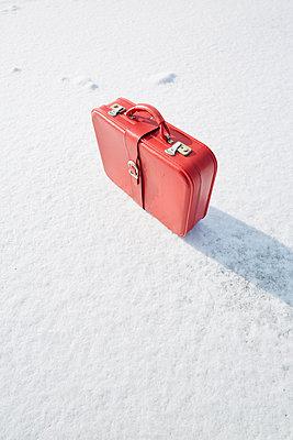 Koffer im Schnee - p464m1550341 von Elektrons 08