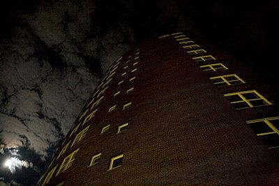 hochhaus bei vollmond - p627m670662 by Chris Keller