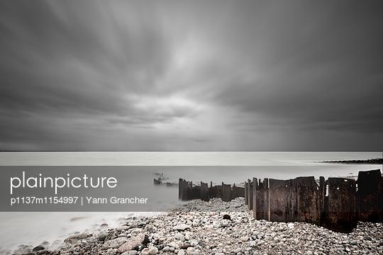 Wellenbrecher an der Küste - p1137m1154997 von Yann Grancher