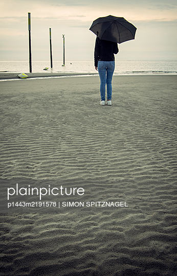 Woman with umbrella on the beach - p1443m2191578 by SIMON SPITZNAGEL