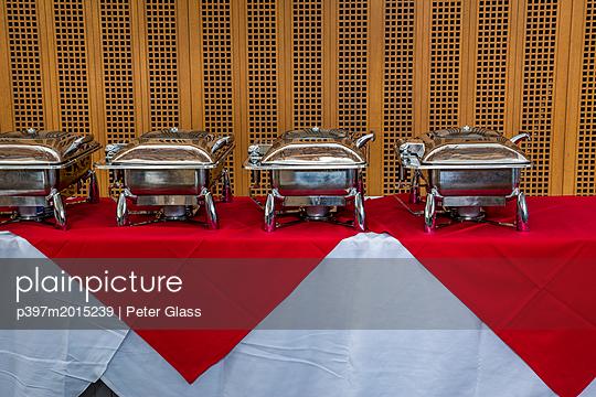 Reihe von Warmhaltebehältern - p397m2015239 von Peter Glass