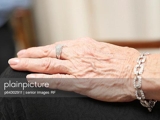 Hand einer alten Frau  - p6430291f von senior images RF