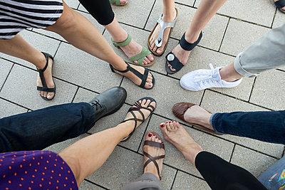 Gruppenbild mit Beinen - p1079m1184989 von Ulrich Mertens