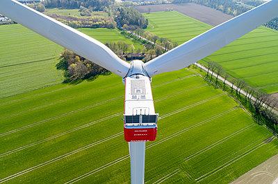 Windturbine und grüne Felder - p1079m2157736 von Ulrich Mertens