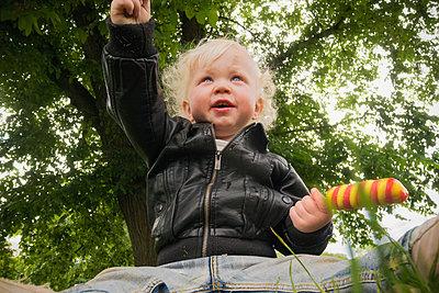 Little boy under tree - p1418m2013811 by Jan Håkan Dahlström