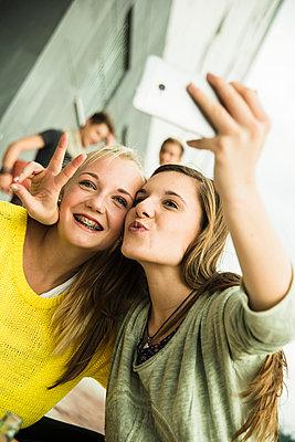 Two happy teenage girls taking a selfie - p300m950142f by Uwe Umstätter