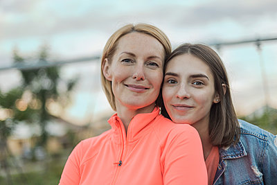 Portrait of smiling mother and daughter against sky at park - p301m1482445 by Vladimir Godnik