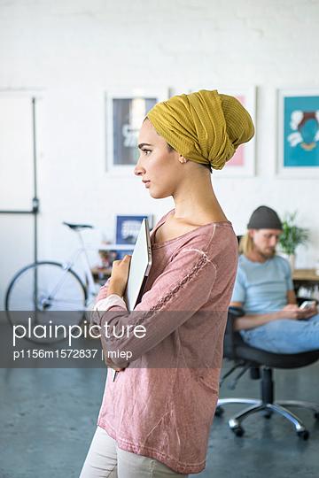 Junge Frau, Startup Unternehmen - p1156m1572837 von miep