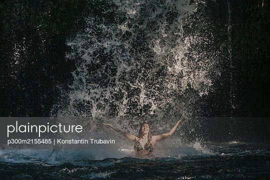 Young woman near waterfall, Bali, Indonesia - p300m2155485 by Konstantin Trubavin