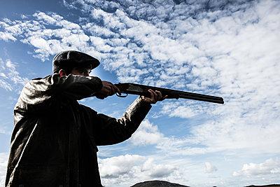 Jäger zielt mit dem Jagdgewehr - p1082m2022011 von Daniel Allan
