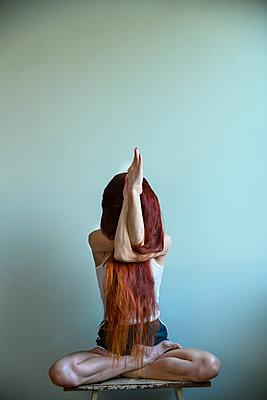Rothaarige Frau macht eine Yoga Übung - p427m2211217 von Ralf Mohr
