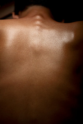 Bare back of man - p817m2007998 by Daniel K Schweitzer
