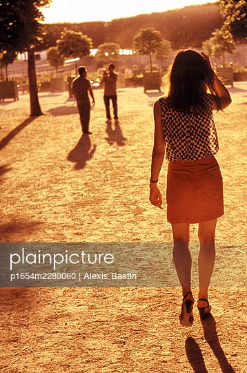 Junge Menschen im Park - p1654m2289060 von Alexis Bastin