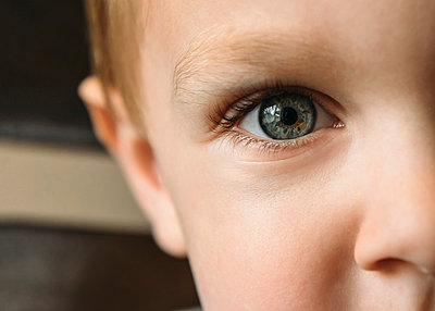 Cropped image of boy - p1166m1174202 by Cavan Images