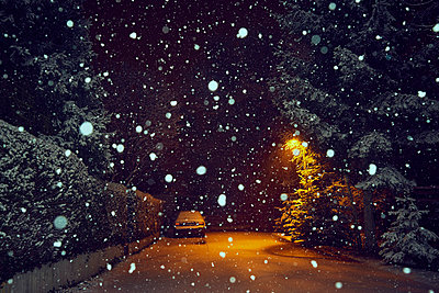 Parked car at night with snowfall - p1312m2182158 by Axel Killian