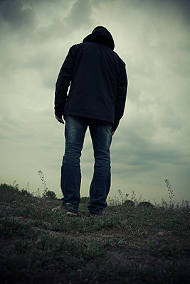 Mysterious male figure standing in the field  - p794m1169300 by Mohamad Itani