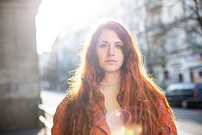 Porträt einer jungen Frau mit roten Haaren - p975m2223792 von Hayden Verry
