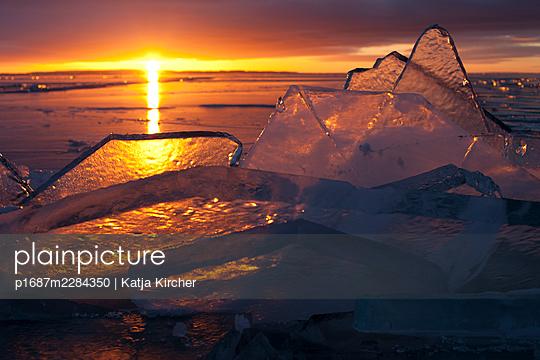 Sweden, Setting sun on Lake Vättern - p1687m2284350 by Katja Kircher