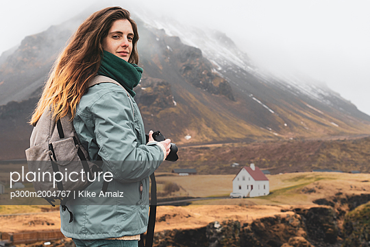 Iceland, portrait of hiker with backpack and camera - p300m2004767 von Kike Arnaiz