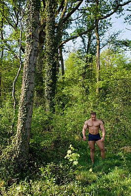 Bodybuilder im Wald - p4020155 von Ramesh Amruth