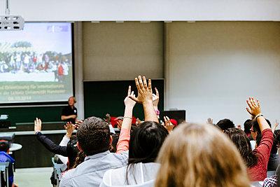 Studenten melden sich in einem Seminar, Leibniz-Universität - p1085m2181657 von David Carreno Hansen