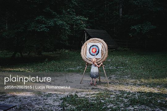 Mädchen mit Zielscheibe - p858m2007915 von Lucja Romanowska