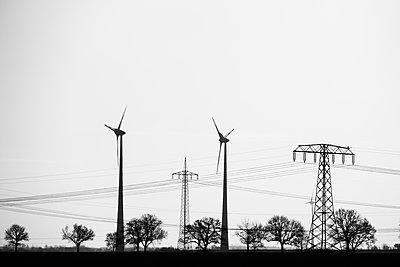 Strommasten und Windräder - p739m1119422 von Baertels