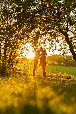 Sweden, Sodermanland, Jarna, Young couple at sunset - p352m1079190f by Christian Ferm