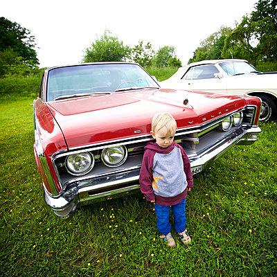 Kleiner Junge steht vor Oldtimer - p606m1573547 von Iris Friedrich