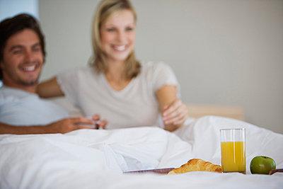 Junges Paar sitzt im Bett und frühstückt - p6090004f von BE BE