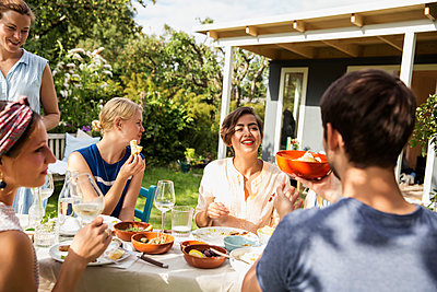 Taking lunch together in the allotment garden - p788m1207665 by Lisa Krechting