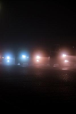 Autoscheinwerfer bei Nacht - p1057m2229245 von Stephen Shepherd