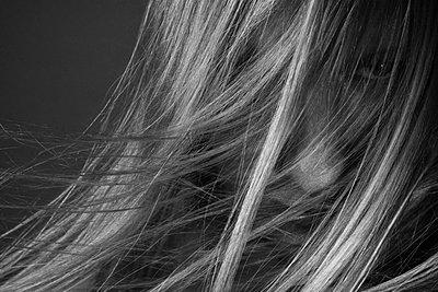 Junger Mann mit wehendem Haar - p1180m987605 von chillagano