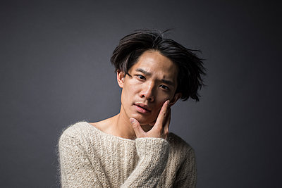 Portrait of Asian male in sweater - p1284m1541342 by Ritzmann