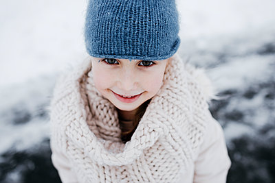 Happy small girl in warm clothing during winter - p300m2256095 by Katharina Mikhrin