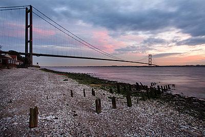 The Humber Bridge at dusk, East Riding of Yorkshire, Yorkshire, England, United Kingdom, Europe - p871m895933 by Mark Sunderland