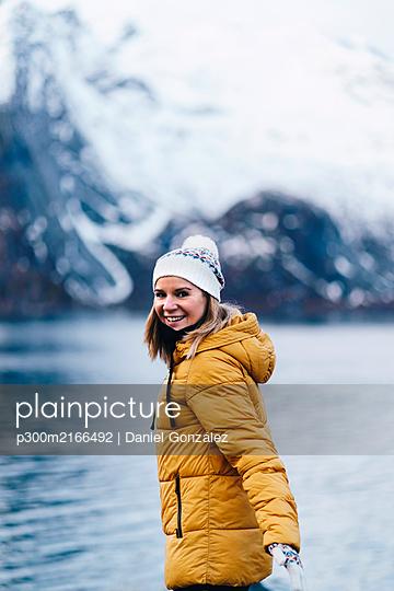 Portrait of happy tourist at Hamnoy, Lofoten, Norway - p300m2166492 by Daniel González