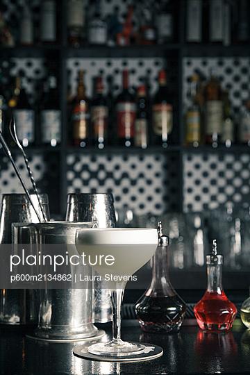Cocktail in einer Bar - p600m2134862 von Laura Stevens
