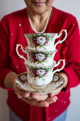 Teetassen gestapelt - p535m1004183 von Michelle Gibson