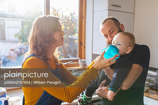 Family in the kitchen at home - p300m2167604 von William Perugini