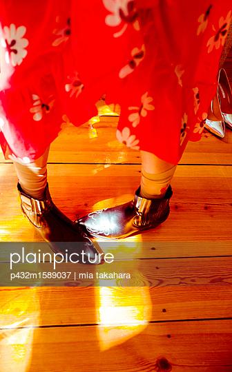 Frauenbeine in Stiefeln - p432m1589037 von mia takahara