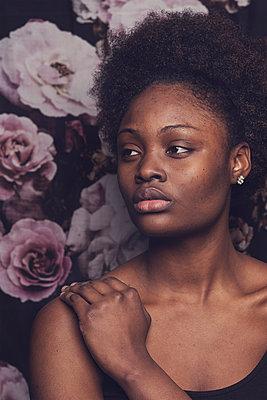 portrait of a young woman - p1323m1573782 von Sarah Toure