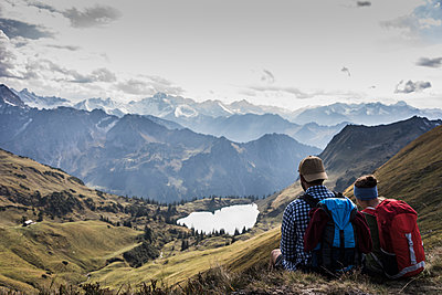 Germany, Bavaria, Oberstdorf, two hikers sitting in alpine scenery - p300m1537330 by Uwe Umstätter