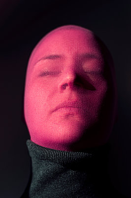 Woman wearing stocking mask, portrait - p947m2173023 by Cristopher Civitillo