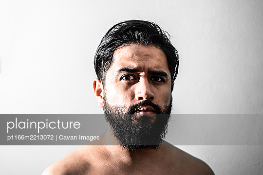 latin bearbed man portrait, bearbed man portrait with a white backgrou - p1166m2213072 by Cavan Images