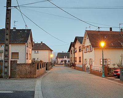 Wohngebiet bei Nacht - p1124m1007385 von Willing-Holtz