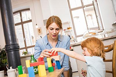 Mutter und Sohn spielen mit Bauklötzen - p1284m1466750 von Ritzmann